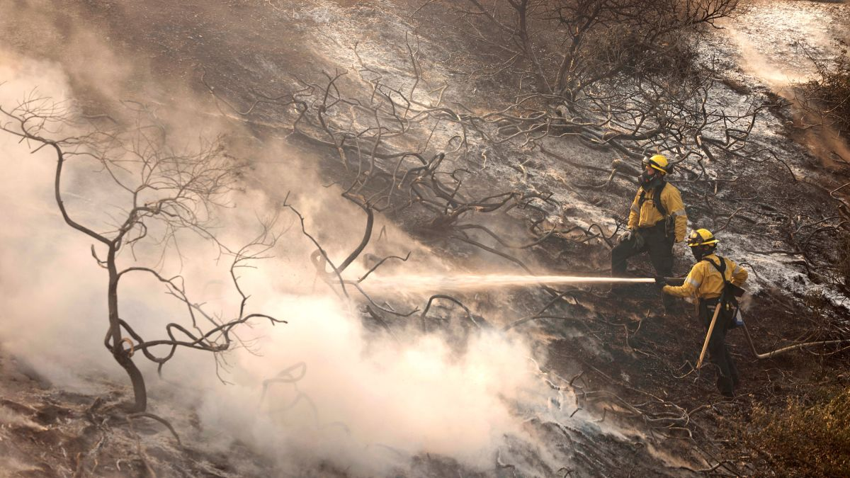 Read more about the article Silverado Canyon Fire Spreads to 7,200 Acres